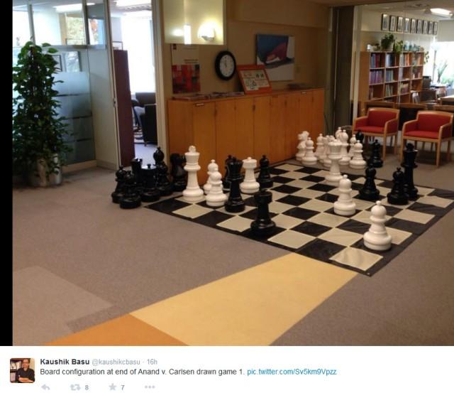 Sjeføkonom med sans for sjakk. Faksimile fra Twitterprofilen til professor Kaushik Basu.