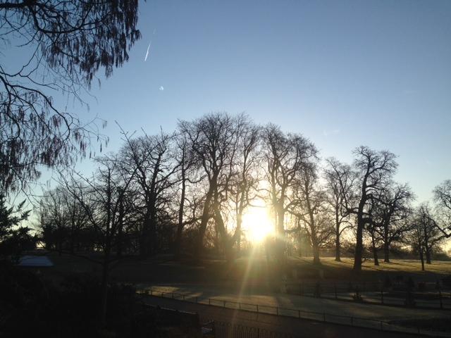 Hva er det som får deg til å glede deg til en ny dag i kunnskapens tjeneste. Bildet viser soloppgang i Hyde Park.