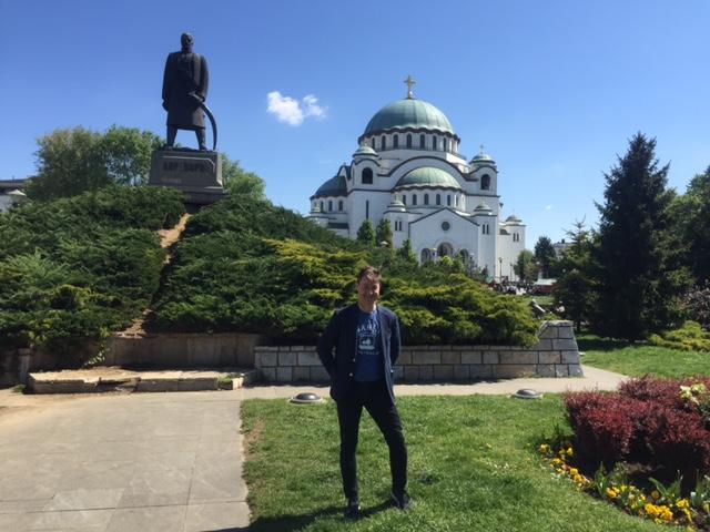 Poserer foran Saint Sava-kirken i Beograd