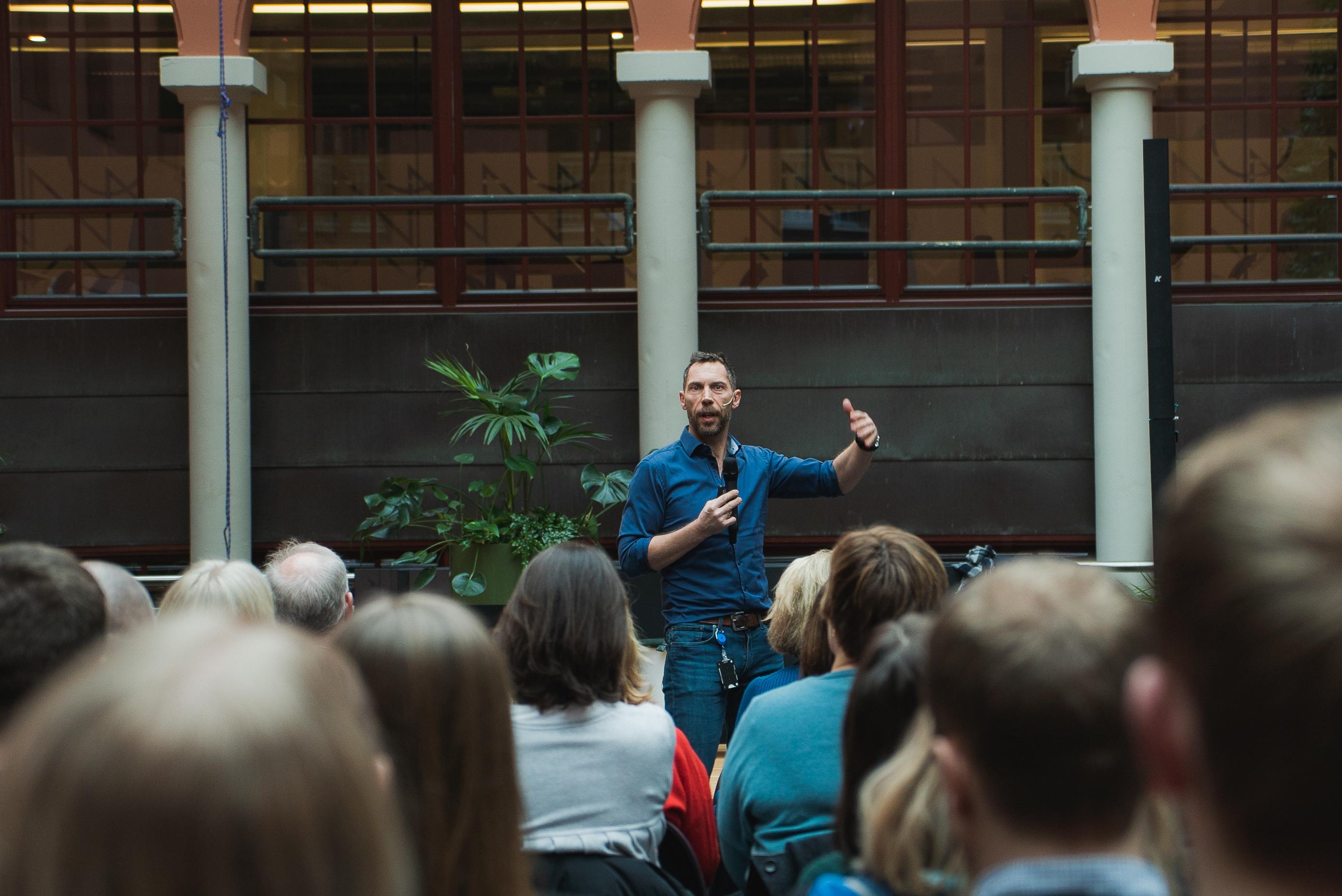 Tom Karp gir råd om hva norske ledere kan gjøre bedre. Her foreleser han i Kristiania Lederforum.